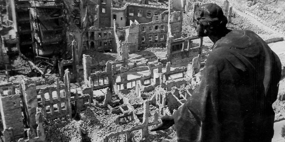 """Dresden 1945: Die Statue """"Die Güte"""" schaut 1945 vom Rathausturm auf die zerstörte Dresdner Innenstadt."""