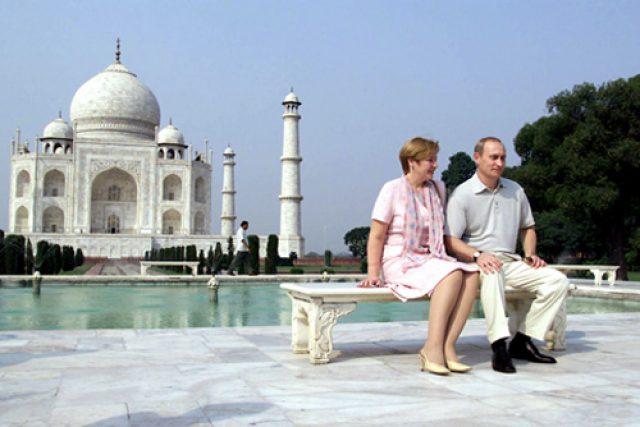 Vladimir_and_Lyudmila_Putin_visiting_the_Taj_Mahal
