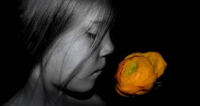 Mädchen mit Blume